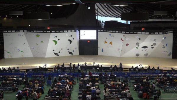 スポーツクライミング第12回ボルダリングジャパンカップの舞台中央にLEDを設置