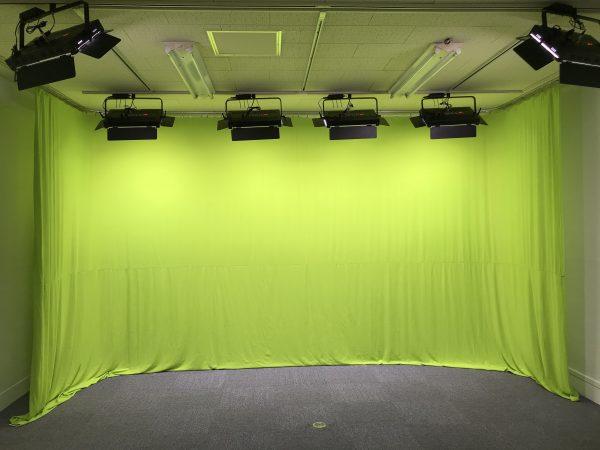 ライオンスタジオの南面はクロマキーグリーンに変更可能