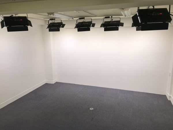 ライオンスタジオの北面(白壁)とLEDライト