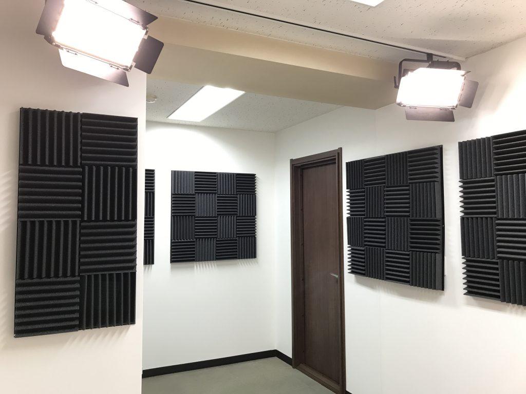 スタジオスポースの防音工事だけではなく吸音材を貼り付けて反響を抑えています。