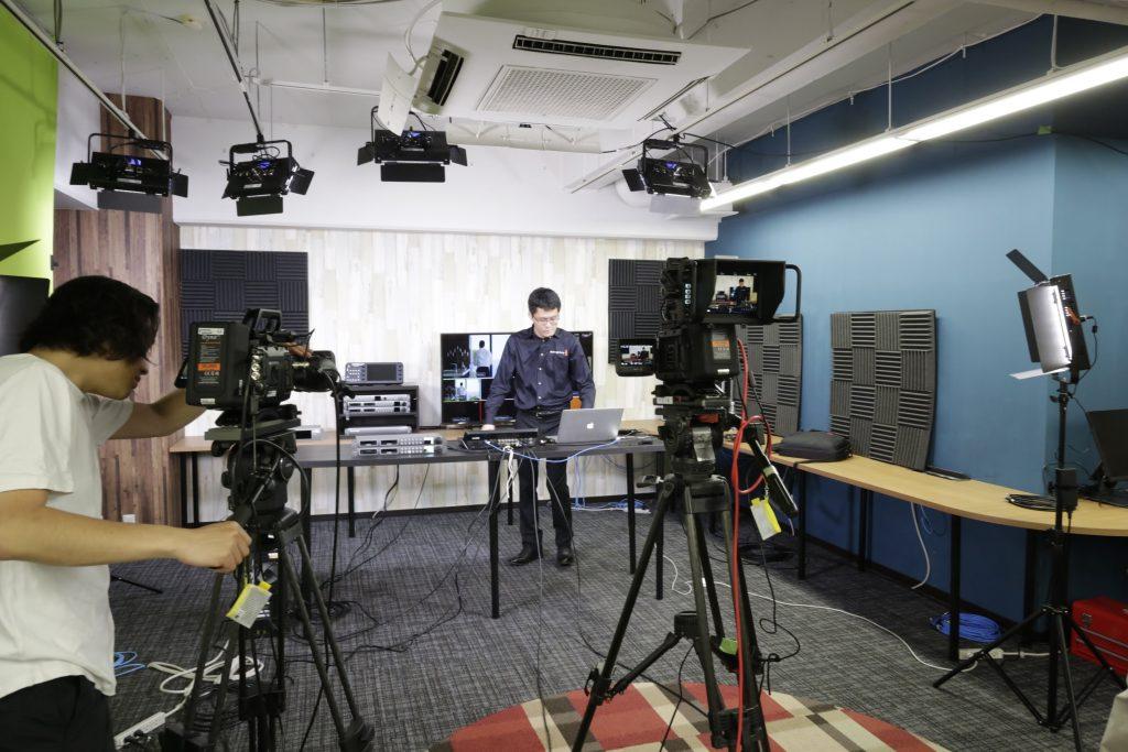 4K60p URSA Broadcastを利用して撮影中。BlackMagic Design社のトレーニングビデオを撮影。