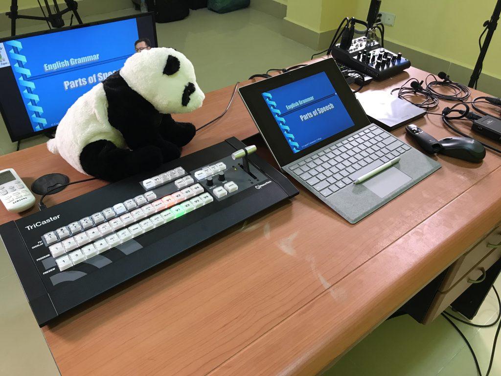 Surface PROの画面書き込み機能を利用して実際の授業と同じように教材への書き込みが行える。 音声系は扱い易いアナログミキサーと有線ラベリアマイクを設置