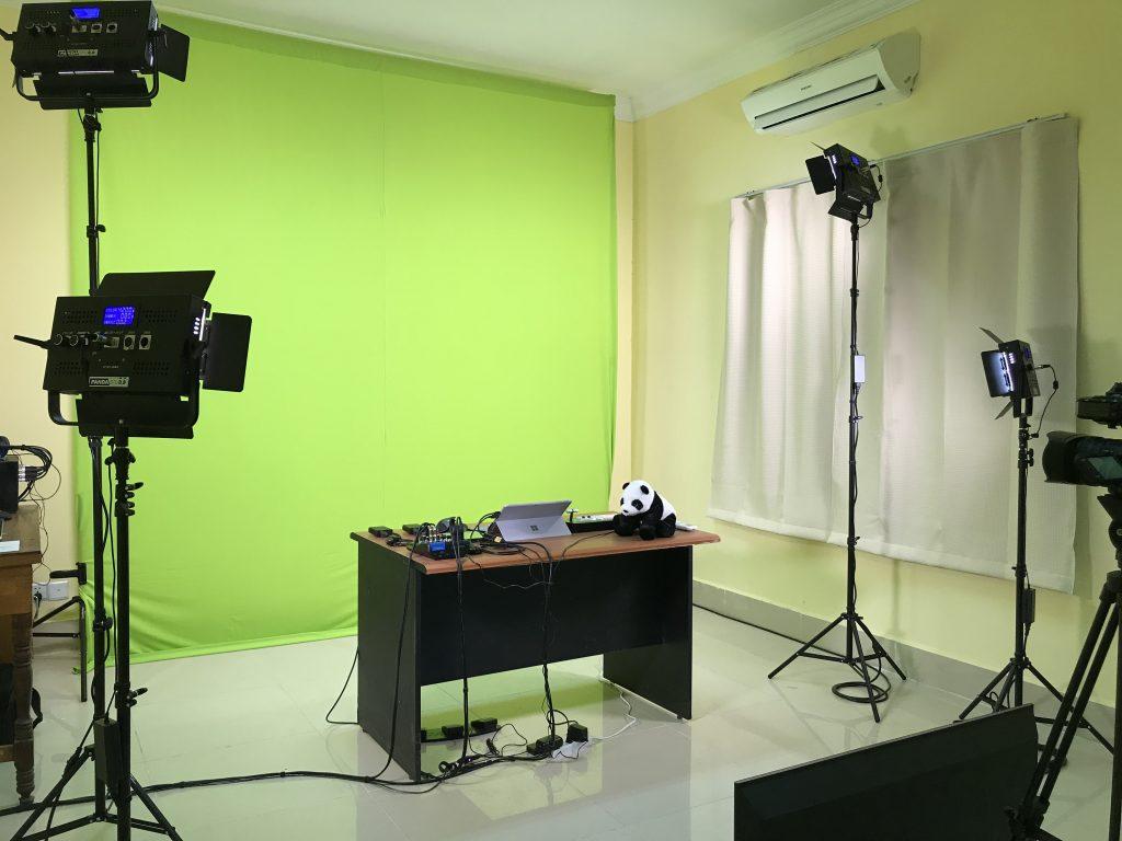スタンド式のクロマキー背景とPANDA LED500ライトを教育省庁舎内に用意して頂いたスタジオに設置