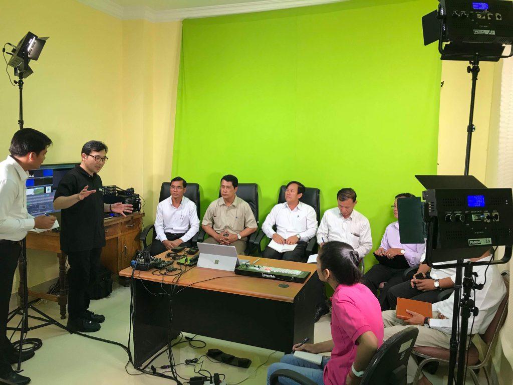 カンボジアの教師の方々に収録機材の使用方法をレクチャーした