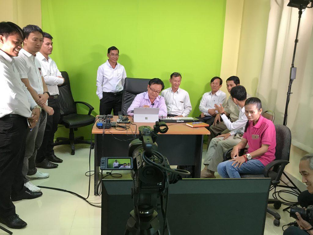 真剣に機材の操作習得に取り組むカンボジアの先生たち