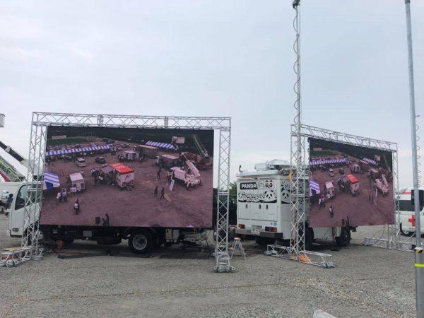 中継車のポールカメラからの映像をLEDビジョンで映しています。
