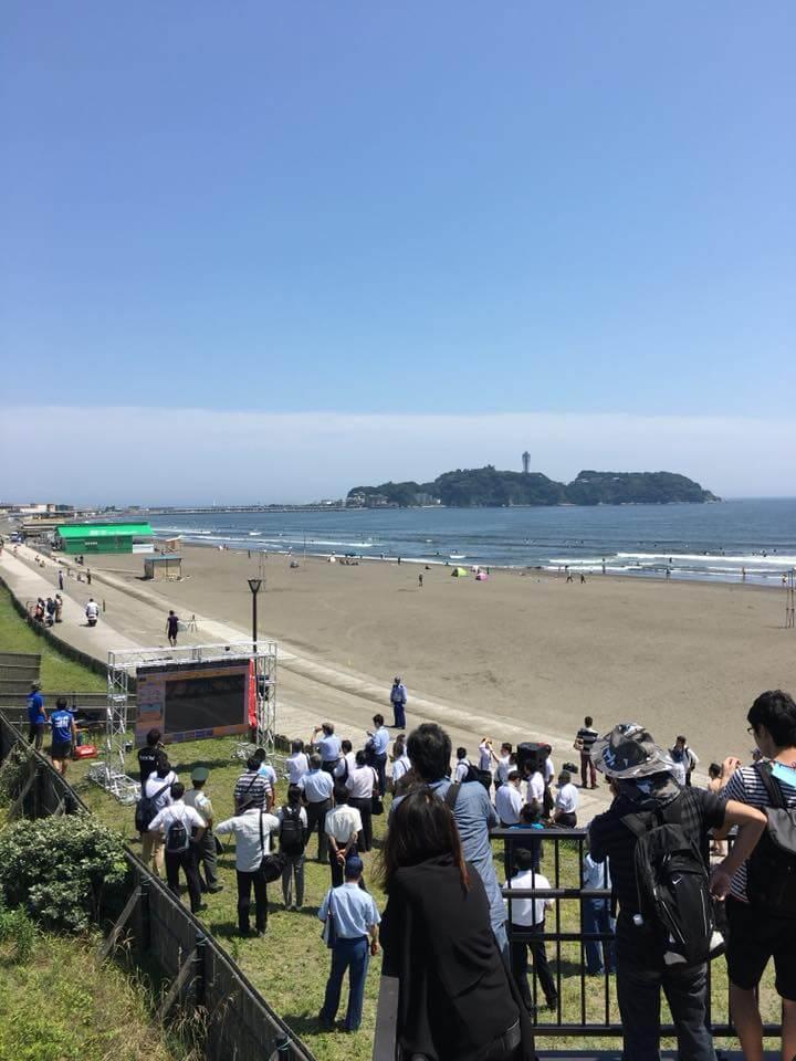 浜辺に突如現れたLEDビジョンは、関係者以外の人々からも注目を浴びていました。