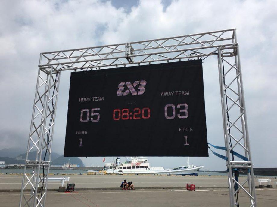 試合中は、LEDディスプレイには得点板が表示されます。
