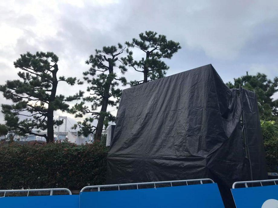 前日設営完了後の雨対策です。