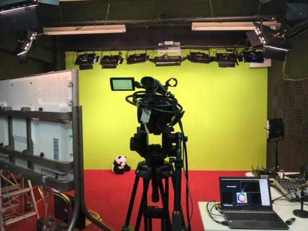 秋葉原スタジオのハイパークロマキーシステムを利用して、オンライン授業を配信しています。