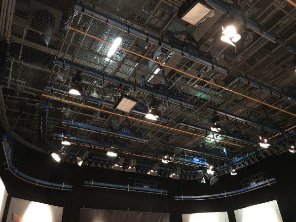 スタジオ上部の照明や吊りバトン