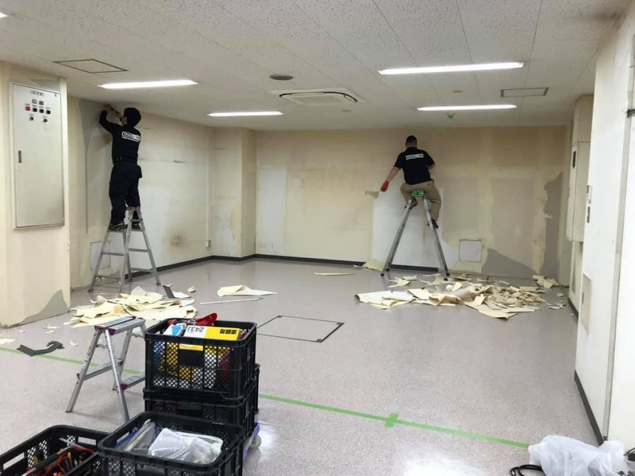 面積も広く、ひどく壁紙剥がしは大変手間と時間のかかる作業に
