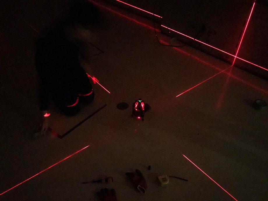 レーザー水平器で壁の位置マーキング開始