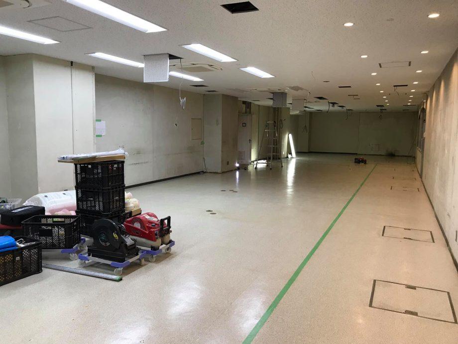 パンダスタジオ本社のミーティングスペースの通路とミーティングスペースの位置確認中。