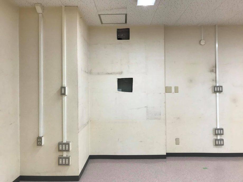 実際には壁、図面ではドアでしたので一部穴をあけて調査