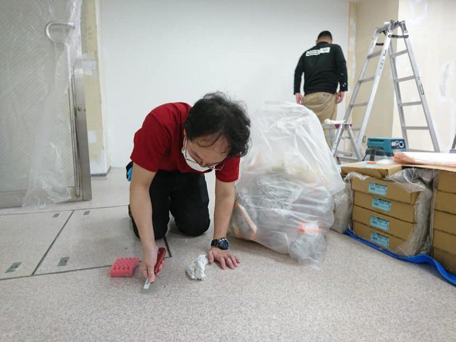 絨毯を敷く前に床を磨き上げます