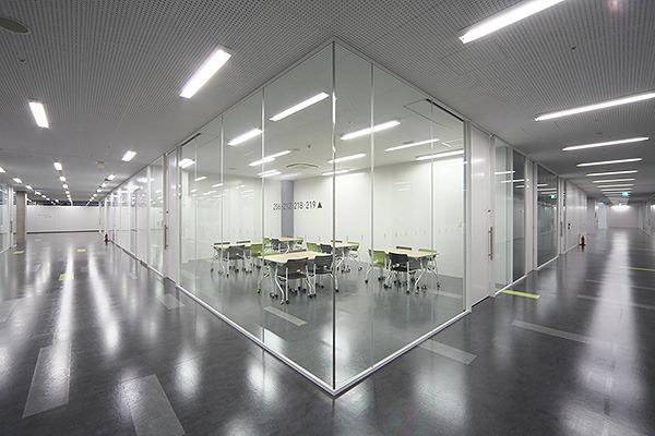 ガラスパテーションによる会議室
