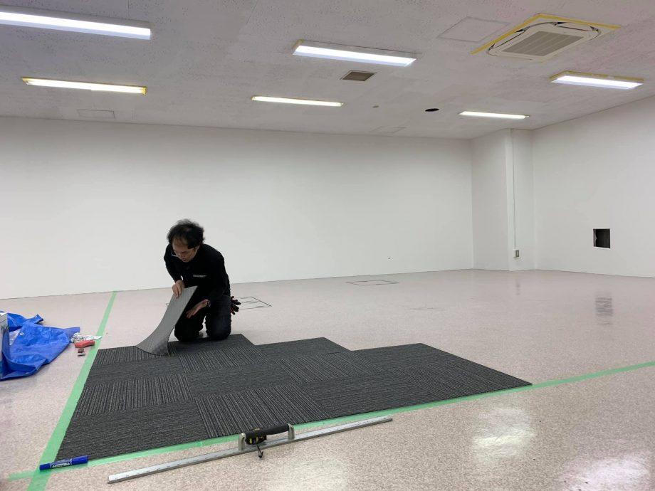 基準線をひき990枚のタイルカーペットを敷きます