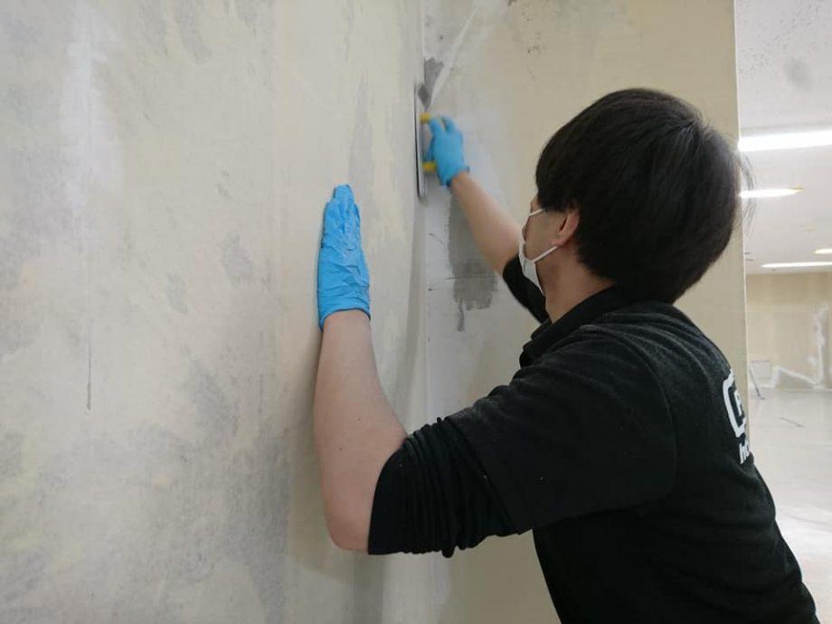 傷んだ壁にパテを塗りヤスリをかけます。手間の掛かる作業ですが、仕上げに大きく影響します