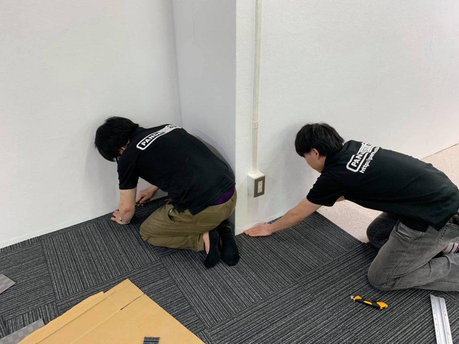 壁面に併せてカーペットの端を切ります