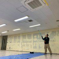 250㎡以上の天井を塗装中
