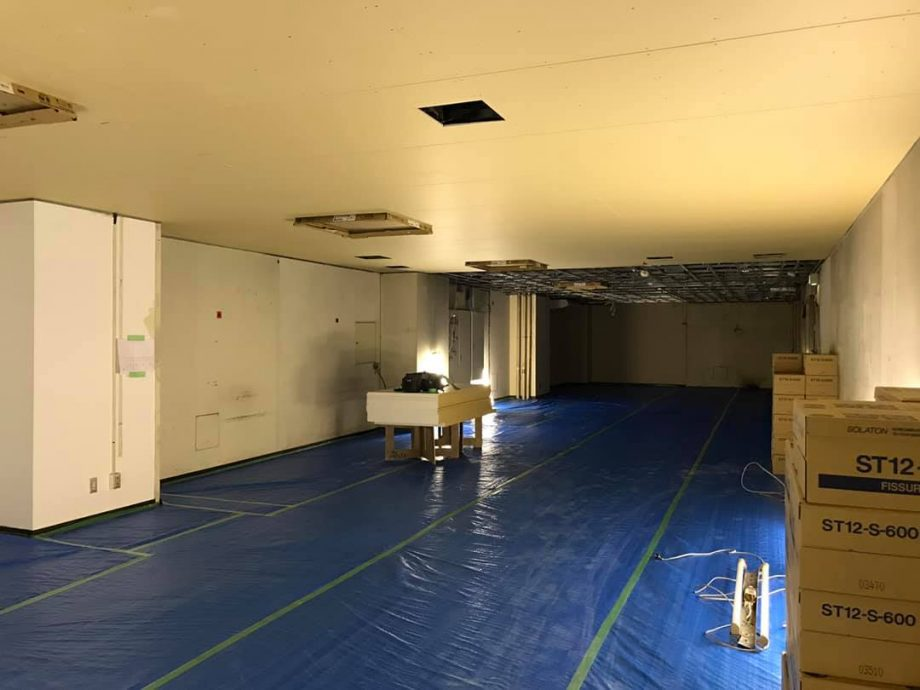 ミーティングスペース、控室の天井貼り替え作業