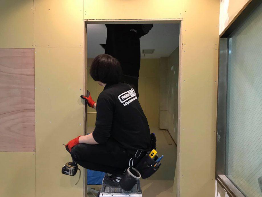 防音ドアのドア枠の仕上げ