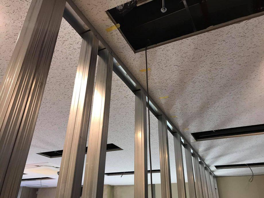 必要な配線類を防音壁内に埋込のための工事