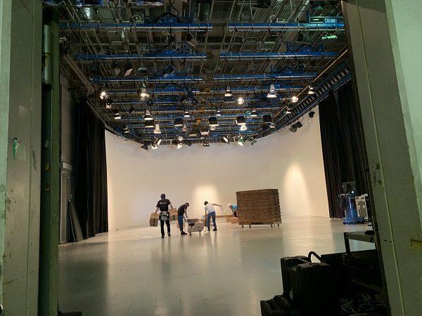 AスタジオでCM撮影
